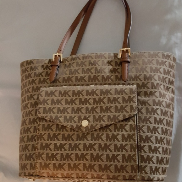 fc88bab9cf ... inexpensive michael kors jet set tote with front pocket 0ddd3 8951a ...